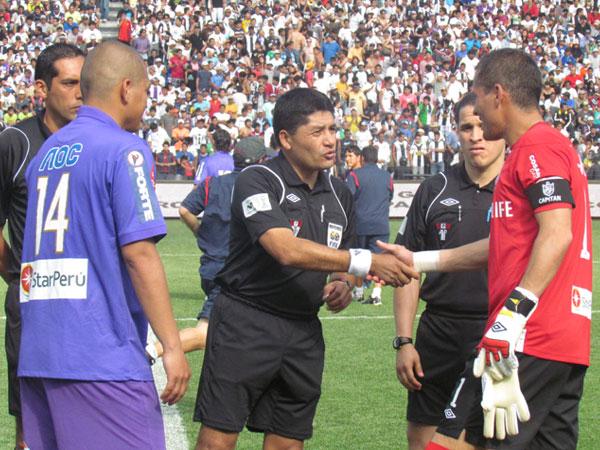 EL SALUDO RESPECTIVO. Carlos Solís y Leao Butrón saludan al árbitro y el encuentro a punto de comenzar. (Foto: José Salcedo / DeChalaca.com)