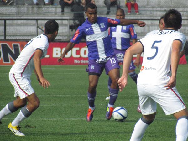 INSISTIENDO EN TODO. Luis Trujillo avanza por el medio y busca habilitar a algún ofensivo aliancista. (Foto: José Salcedo / DeChalaca.com)