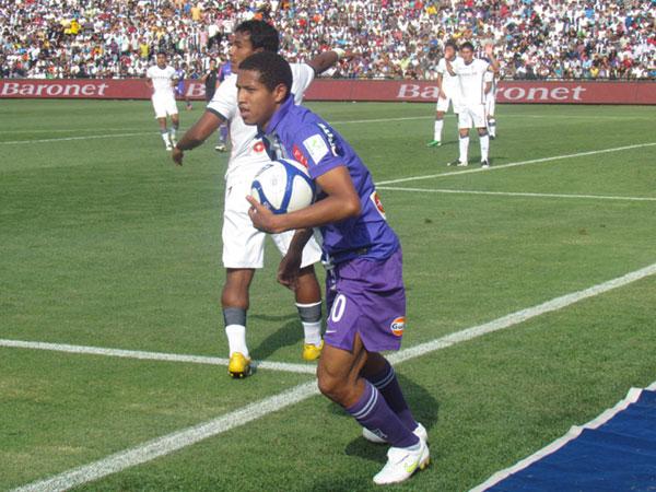 RÁPIDO PARA GANAR. Sánchez se apurar con el balón para el tiro de esquina. Alianza Lima quería el gol como sea. (Foto: José Salcedo / DeChalaca.com)