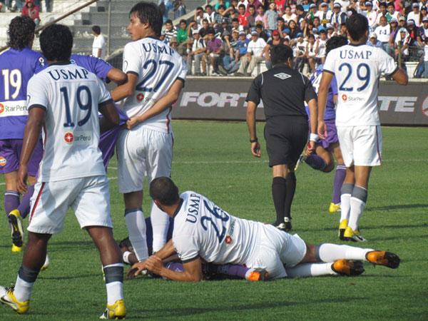 FORZADO A CAER. Jhonnier Montaño sufre la marca de San Martín y cae en el gramado de juego. (Foto: José Salcedo / DeChalaca.com)