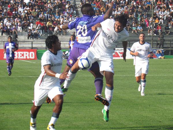 MOMENTO LUCHADO. Montaño lucha el esférico con Anthony Molina. El juego se volvía fuerte por aire y tierra. (Foto: José Salcedo / DeChalaca.com)