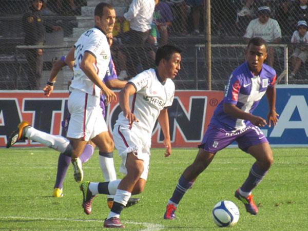 PUSO SU CUOTA. Christian Cueva mostró movilidad en muchas jugadas y complicó un poco a Alianza Lima. (Foto: José Salcedo / DeChalaca.com)