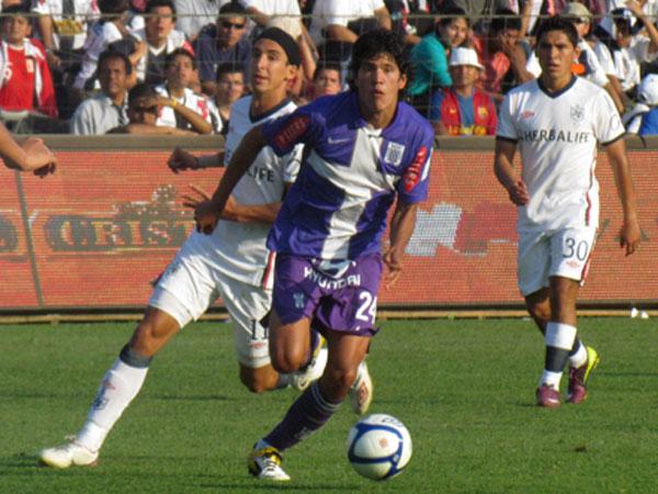 HASTA EL FINAL. Óscar Vílchez se suma al ataque y busca el gol. Alianza Lima y estaba asegurado pero quería el triunfo. (Foto: José Salcedo / DeChalaca.com)