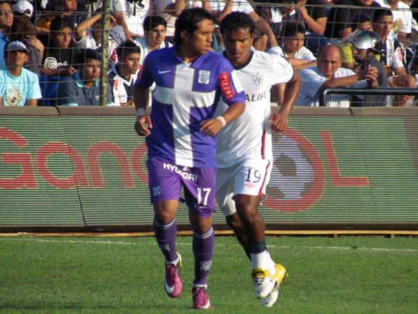 NI TON NI SON. Joaozinho Arroé ingresó al campo de juego pero poco o nada pudo hacer con el balón. (Foto: José Salcedo / DeChalaca.com)