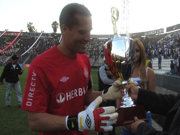 COMO GANADOR. Leao Butrón recibe la copa jugada y ganada por San Martín por tratarse del equipo visitante. (Foto: José Salcedo / DeChalaca.com)