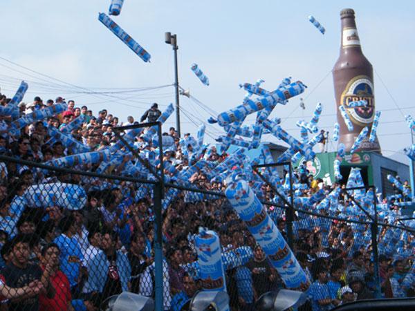 FIESTA CELESTE. Un buen marco de público aguardaba la salida de su equipo para explotar en las gradas del San Martín. (Foto: Wágner Quiroz / DeChalaca.com)