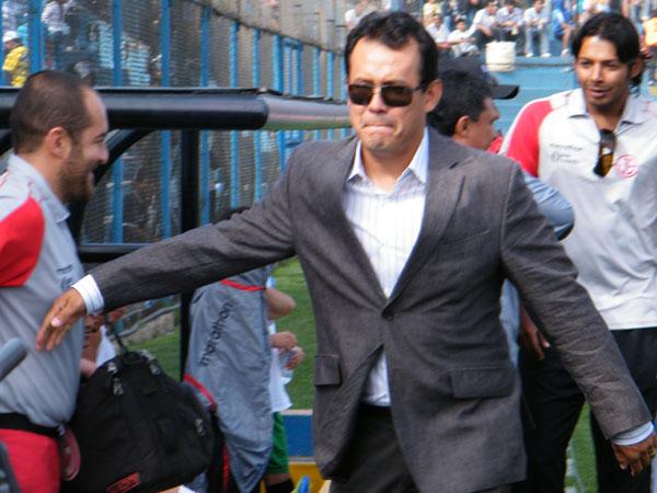 VIEJO CONOCIDO. Juan Reynoso saluda el banco de Aurich. El 'Cabezón' tuvo un paso efímero por la institución norteña. (Foto: Wágner Quiroz / DeChalaca.com)