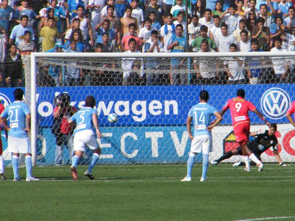 ENGAÑADO. Erick Delgado fue engañado por Luis Tejada y el balón fue a parar al lado contrario que escogió el 'Loco'. (Foto: Wágner Quiroz / DeChalaca.com)