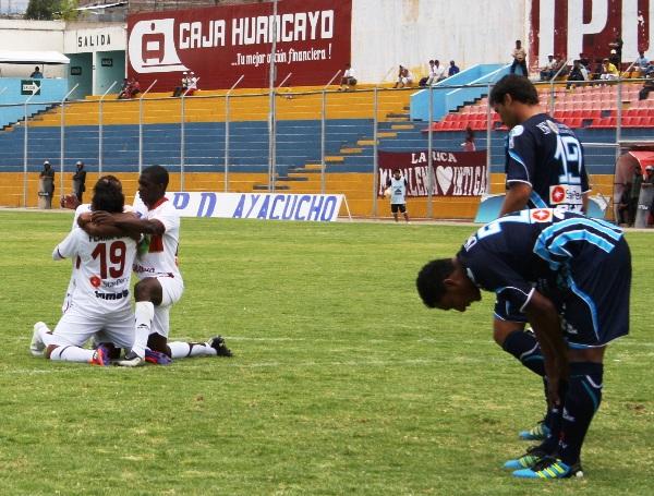 LA BENDICIÓN DEL GOL. Los jugadores del cuadro ayacuchano celebraron así los tantos del colombiano Osorio. (Foto: diario La Industria de Trujillo)
