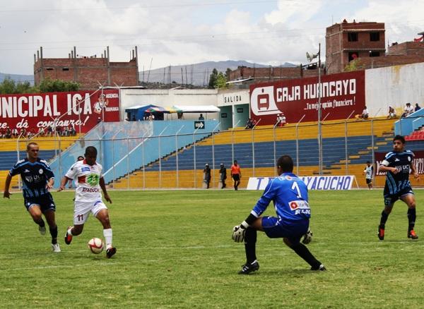 UNA PUERTA ABIERTA. La defensa del cuadro trujillano le permitió a Pérez tener más de una ocasión clara de gol. (Foto: diario La Industria de Trujillo)