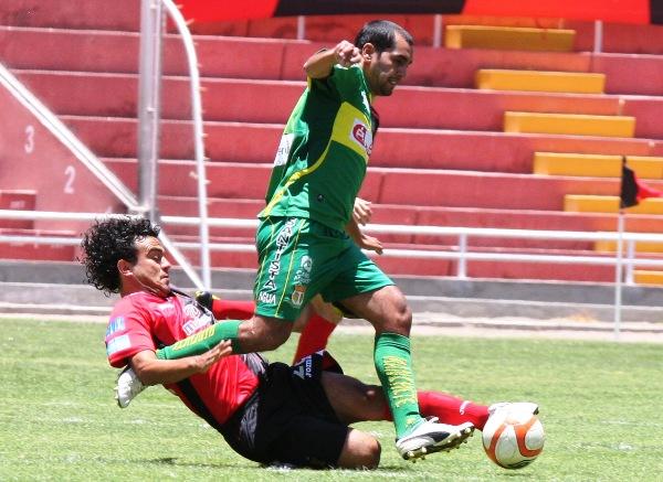 TRABAJO SUCIO. Del Solar no dudó en lanzarse al piso para evitar que López y compañía hilvanen juego. (Foto: Prensa Melgar)