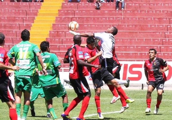 SE LE ESCAPA DE LAS MANOS. Rivera no se mostró seguro de manos ante Melgar. El golero colombiano casi comete más de un 'blooper'. (Foto: Prensa Melgar)