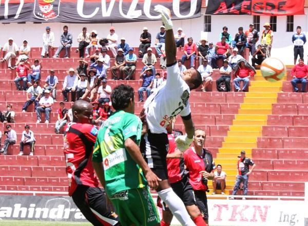 LE FALLARON LOS CÁLCULOS. Esta imagen fue una constante en el partido. Rivera falló a la hora de cortar más de un balón aéreo. (Foto: Prensa Melgar)