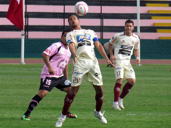 POCO A POCO LO TENÍAN. Carlos Zegarra domina el balón y Mario Gómez está al acecho. León iba recuperando un poco de terreno en el encuentro.  (Foto: José Salcedo / DeChalaca.com)