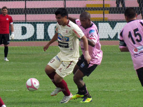 BIEN CERCA DE ÉL. Harrison Otálvaro es presionado por Jair Yglesias para impedir las llegadas de León. (Foto: José Salcedo / DeChalaca.com)