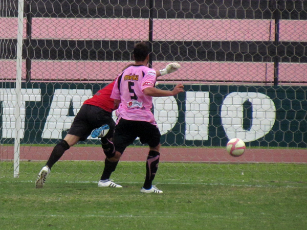 A TODOS LES PASA. Diego Carranza calcula mal su salida y provoca el gol de Héctor Cruz. Todo estaba parejo. (Foto: José Salcedo / DeChalaca.com)
