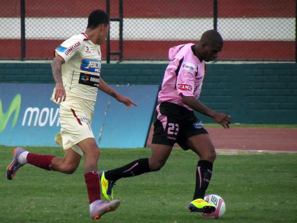 INSISTIENDO. Jair Yglesias emprende la carrera y va al ataque. Héctor Cruz colabora en la marca para León. (Foto: José Salcedo / DeChalaca.com)