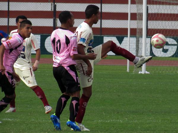 UN POCO DE TRANQUILIDAD. León jugaba con pasividad ante la desesperación de Sport Boys. (Foto: José Salcedo / DeChalaca.com)