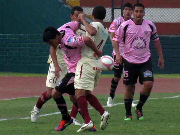 SIN EL BALÓN. Jeremías Caggiano es bien marcado por Guillermo Salas y Carlos Zegarra. (Foto: José Salcedo / DeChalaca.com)
