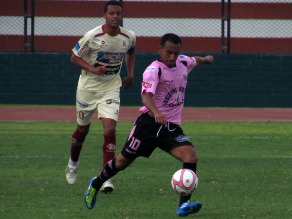 BUSCANDO DESTINO. Michael Guevara trata de abrir juego para encontrar alguna llegada de gol. (Foto: José Salcedo / DeChalaca.com)