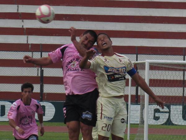 CON TODO. Mario Gómez y Carlos Zegarra luchan por lo alto. (Foto: José Salcedo / DeChalaca.com)