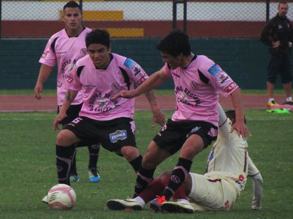 SIN RENDIRSE. Antonio Lizarbe tiene el balón ante una confusa jugada con Edwin Pérez y Jeremías Caggiano. (Foto: José Salcedo / DeChalaca.com)