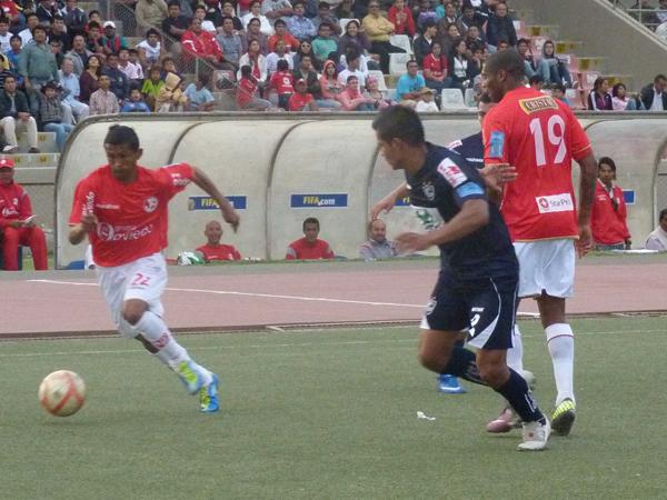 Jimmy Flores sale a la marca de Willian Chiroque. En 2011, el defensor jugó seis partidos como titular en Cienciano. (Foto: diario La Industria de Chiclayo)