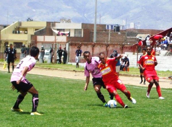 CHOQUE DE DIEZ. Guevara intenta desacomodar a Sotil, quien pese a la presencia del volante rosado, permanece con el balón en sus pies. (Foto: Diario Primica de Huancayo)