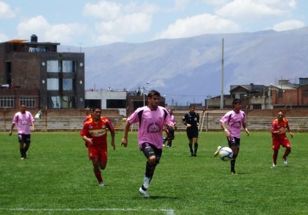 LO DEJARON SIN AIRE. Alloco tuvo mucho trabajo en la zaga rosada. Ávila constantemente presionó al recio defensor argentino. (Foto: Diario Primica de Huancayo)