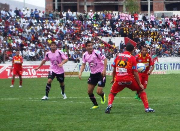BUEN INGRESO. Pérez ingresó en la etapa complementaria y no desentonó en ataque. (Foto: Diario Primica de Huancayo)