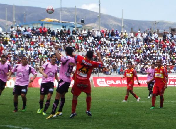 ES UN TORO. Pérez logra soportar la marca de Calderón, y se presta a conectar un centro dentro del área rosada. (Foto: Diario Primica de Huancayo)