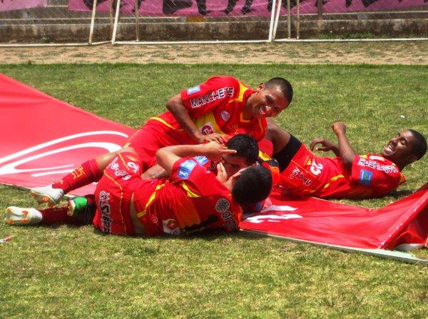 FESTEJO A LA HUANCAÍNA. Los jugadores de Huancayo celebraron eufóricos cada tanto de su equipo. En la imagen, se muestra el festejo tras el tanto de Pérez. (Foto: Diario Primica de Huancayo)