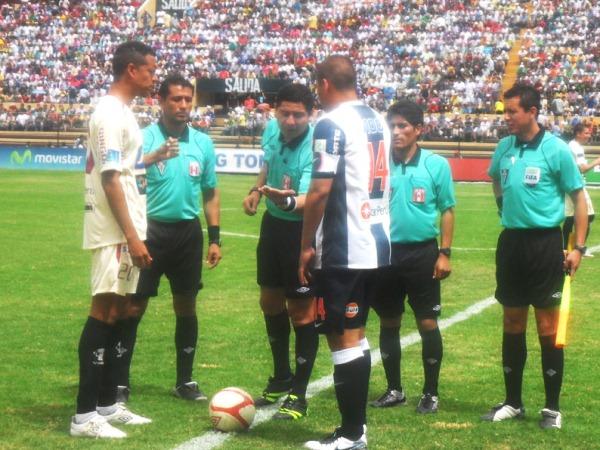 DESPUÉS DE USTED. Carlos Zegarra y su tocayo, Solís, deliberaban quien se quedaba con el balón y quien escogía el campo donde iniciar las acciones. (Foto: Jesús Suárez)