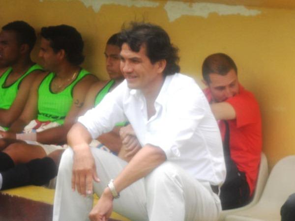 ESPERA EL PITAZo. Franco Navarro espera tranquilo el inicio del encuentro. Confiado en que a esta altura del torneo su idea debe estar plasmada en el equipo. (Foto: Jesús Suárez)