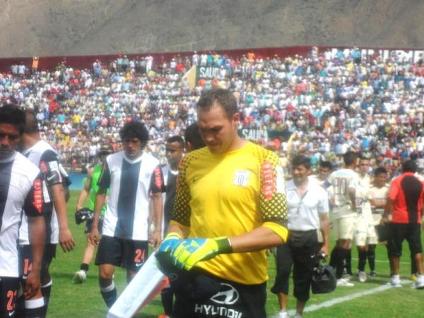 NO PASA NADA. Los jugadores de Alianza salen descepcionados luego de un priimer tiempo para el olvido. (Foto: Jesús Suárez)