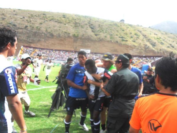 SALE MAL. Christian Ramos se iría del campo de juego de manera violenta. El central anduvo muy ofuscado. (Foto: Jesús Suárez)