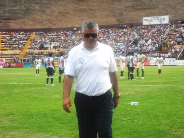 POR CORREGIR. Miguel Ángel Arrué se retira pensativo por el funcionamiento de su equipo. Restan tres partidos y cosas por corregir para el estratega chileno. (Foto: Jesús Suárez)