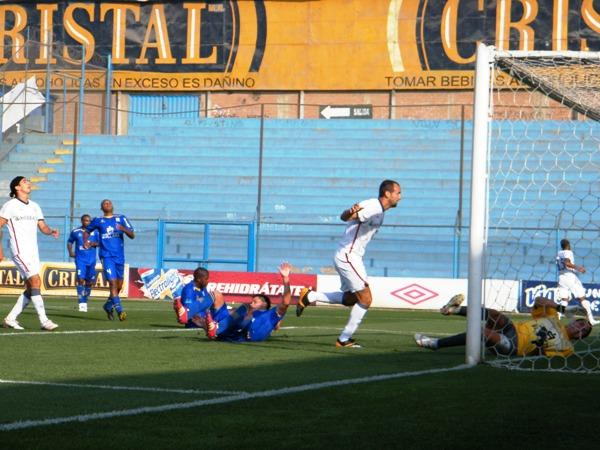 SE ABRE PASO. Silva inquietó constantemente a la zaga sullantense. A pesar de hacerse presente en el marcador, se perdió también más de una clara situación de gol. (Foto: Wagner Quiroz / DeChalaca.com)