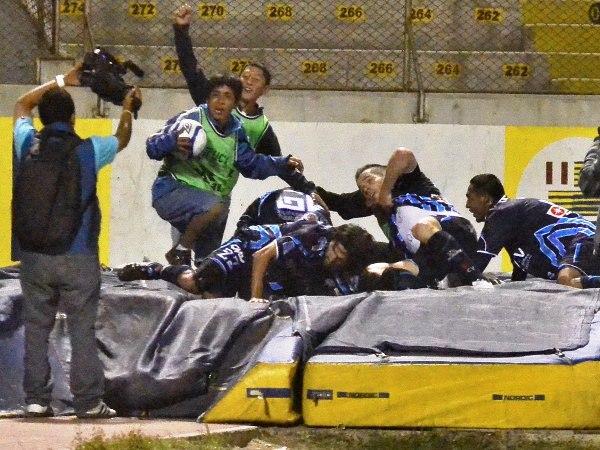 MÁS VALE SOLO. En un partido muy discreto, Roberto Demus apareció para anotar el único gol y darle el triunfo a su equipo en el Mansiche. (Foto: diario La Industria de Trujillo)
