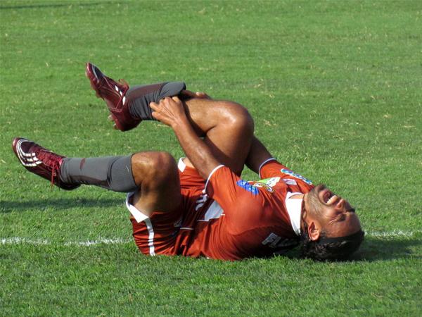 AY EL DOLOR. Carlos Ibarra grita de dolor ante una fuerte falta recibida cerca del área visitante. (Foto: José Salcedo / DeChalaca.com)
