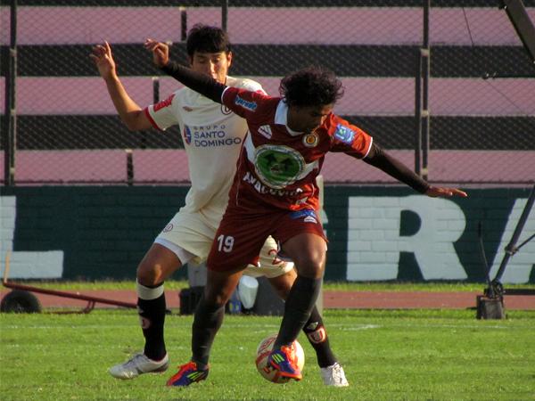 SIN MUCHA OPCIÓN. Humbero Osorio pierde el balón ante la marca de Ángel Romero. El atacante de Inti Gas estuvo muy marcado. (Foto: José Salcedo / DeChalaca.com)