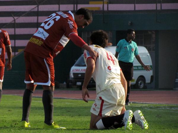 PÁRATE NOMÁS. Javier Molina se disculpa con Álvaro Ampuero tras un fuerte jugada entre ambos. (Foto: José Salcedo / DeChalaca.com)