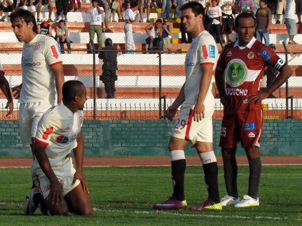 SOLO QUEDABA REÍR. Damián Ísmodes se pierde una oportunidad de gol y queda arrodillado en el gramado. Universitario se quedaba sin opciones. (Foto: José Salcedo / DeChalaca.com)