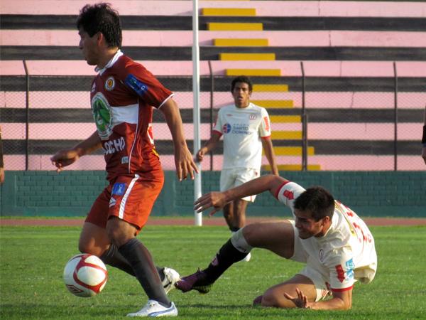 IMPONIENDO FUERZA. Franco Mendoza le gana con firmeza el esférico a Aurleio Saco Vértiz. (Foto: José Salcedo / DeChalaca.com)