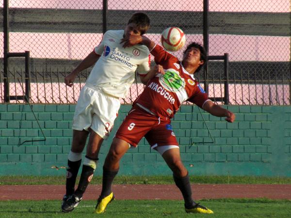 BUSCABA ALGUNA. Jorge Lozada lucha el balón junto a Werner Schuler. El atacante buscaba alguna ocasión para anotar. (Foto: José Salcedo / DeChalaca.com)