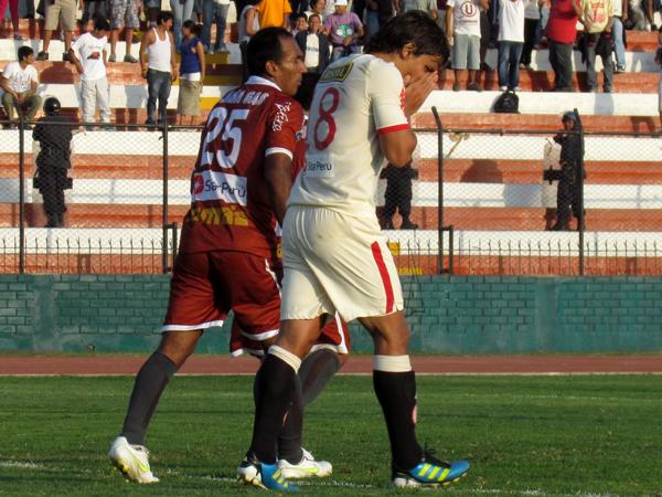 SOLO QUEDA LAMENTARSE. Guillermo Tomasevich no puede creer como Universitario se perdía otro gol. (Foto: José Salcedo / DeChalaca.com)