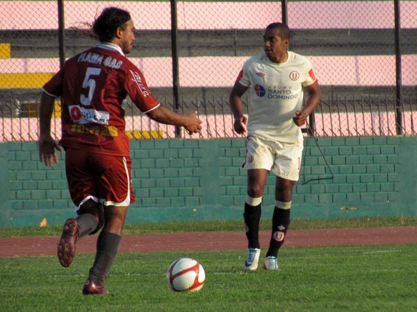 AL ATAQUE. Carlos Ibarra respondía en velocidad tras los ataque de Universitario. Inti Gas quería golpear cerca al final. (Foto: José Salcedo / DeChalaca.com)