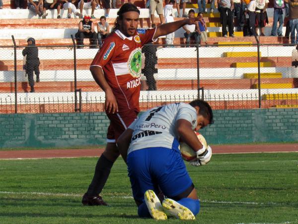 TAMBIÉN RESPONDIÓ. Elexander Araujo supo dar lo mejor de sí en muchas de gol a favor de Universitario. (Foto: José Salcedo / DeChalaca.com)