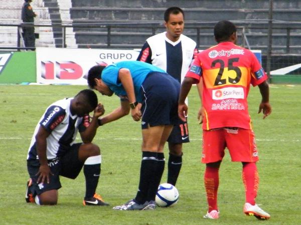 REFLEXIÓN. Jhonnier MOntaño no pasa por su mejor momento en Alianza. El jugador colombiano no pudo demostrar todo su talento. (Foto: Wágner Quiroz)