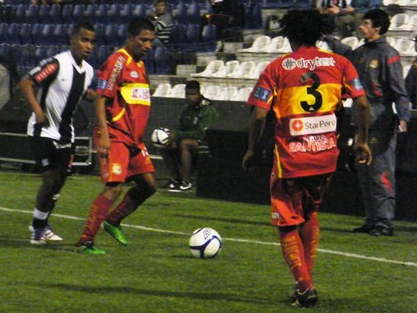 LOS AÑOS PASAN Y PESAN. Hilden Salas entiende mejor el juego en esta versión de Sport Huancayo. El 'Pato' es muy importante en el andamiaje de 'Matador'. (Foto: Wágner Quiroz)